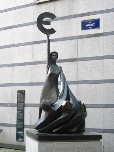 netherlands-day-trip-to-brussels-088-euro-statue-at-the-european-parliament (1)