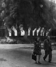 Un couple dans les rues de Berlin quelques jours avant la capitulation allemande, 1945