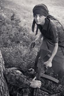 Une partisanne s'empare du fusil d'assaut d'un panzegrenadier SS