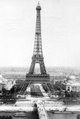 Construction de la tour Eiffel : les travaux sont acheves le 31 mars 1889 pour l' Exposition Universelle de Paris de 1889, ici photo pendant l' Exposition Universelle en 1900 --- end of the building of the Eiffel Tower in Paris march 31, 1889 for World Fair in Paris 1889 , here photographed at the time of the 1900 World Fair