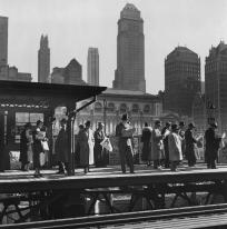 Station de train suspendue au carrefour de la 6ème Avenue et de la 42ème Rue, New York City. Fritz Henle. vers 1945