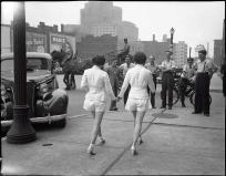 Deux femmes en shorts pour la première fois en public attirent les attentions masculines et provoquent un accident à Toronto, 1937