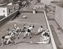Des femmes s'entrainent à la boxe sur un toit, Années 30