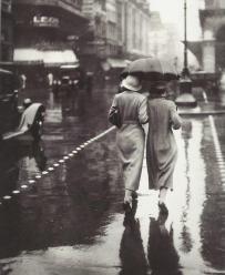 Femmes marchant sous la pluie, Paris 1934