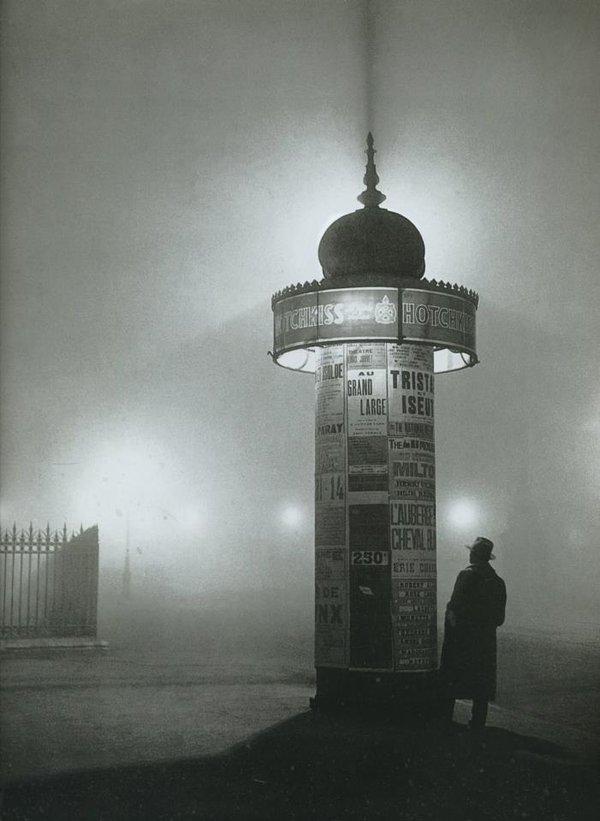 Paris - Colonne Morris, avenue de l'Observatoire, 1933. C'est juste... beau. Une photo de Brassaï.jpg